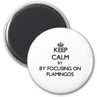 Guarde la calma centrándose en flamencos imán redondo 5 cm
