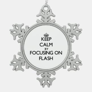 Guarde la calma centrándose en flash adorno de peltre en forma de copo de nieve