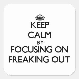 Guarde la calma centrándose en Freaking hacia Pegatina Cuadrada