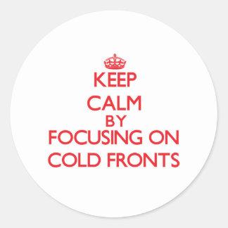 Guarde la calma centrándose en frentes fríos pegatina redonda