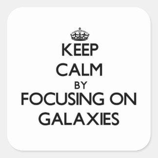 Guarde la calma centrándose en galaxias pegatina cuadrada