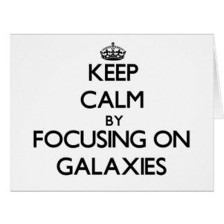 Guarde la calma centrándose en galaxias tarjeta de felicitación grande