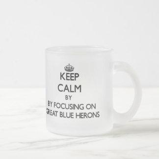 Guarde la calma centrándose en garzas de gran azul taza