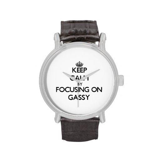 Guarde la calma centrándose en gaseoso reloj de mano