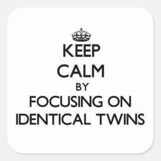 Guarde la calma centrándose en gemelos idénticos pegatina cuadrada