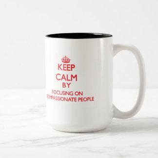 Guarde la calma centrándose en gente compasiva taza de café