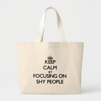 Guarde la calma centrándose en gente tímida bolsas de mano