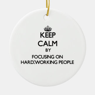 Guarde la calma centrándose en gente trabajadora ornamento de navidad