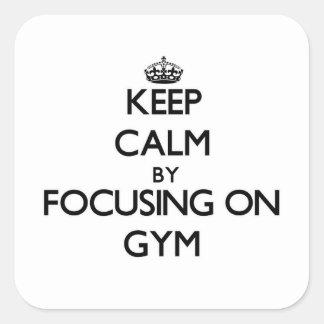 Guarde la calma centrándose en gimnasio calcomanía cuadrada