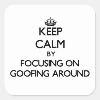 Guarde la calma centrándose en Goofing alrededor Pegatina Cuadrada