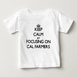 Guarde la calma centrándose en granjeros de la playera