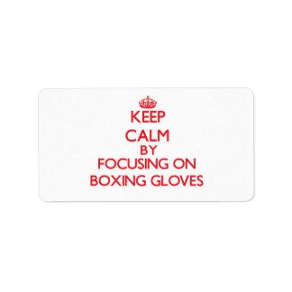 Guarde la calma centrándose en guantes de boxeo etiqueta de dirección
