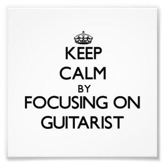 Guarde la calma centrándose en guitarrista foto