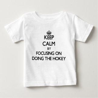Guarde la calma centrándose en hacer el Hokey Playera