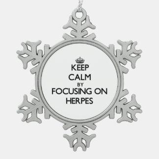 Guarde la calma centrándose en herpes adorno de peltre en forma de copo de nieve