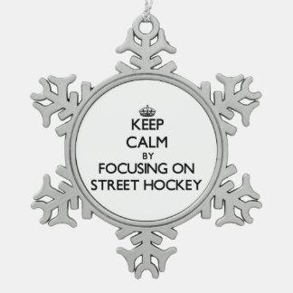 Guarde la calma centrándose en hockey de la calle adorno de peltre en forma de copo de nieve