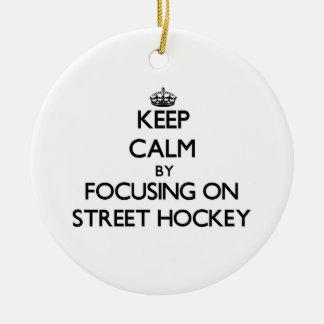 Guarde la calma centrándose en hockey de la calle adorno redondo de cerámica