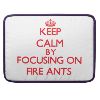 Guarde la calma centrándose en hormigas de fuego funda macbook pro