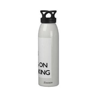 Guarde la calma centrándose en horripilante botellas de beber