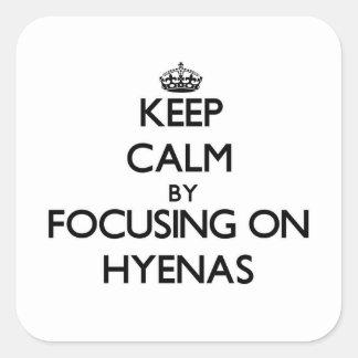 Guarde la calma centrándose en Hyenas Pegatina Cuadrada