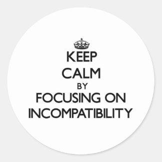 Guarde la calma centrándose en incompatibilidad pegatina redonda