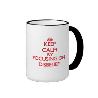 Guarde la calma centrándose en incredulidad taza de dos colores
