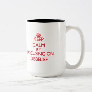 Guarde la calma centrándose en incredulidad taza de dos tonos