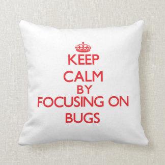 Guarde la calma centrándose en insectos cojin