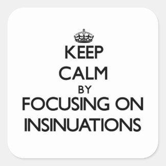 Guarde la calma centrándose en insinuaciones pegatina cuadradas personalizada