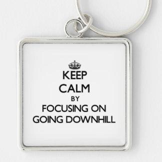Guarde la calma centrándose en ir cuesta abajo llaveros personalizados
