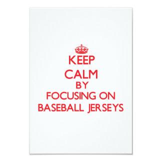 """Guarde la calma centrándose en jerseys de béisbol invitación 3.5"""" x 5"""""""