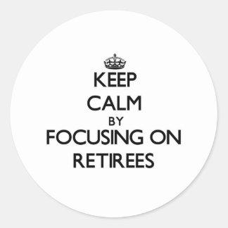 Guarde la calma centrándose en jubilados etiqueta redonda