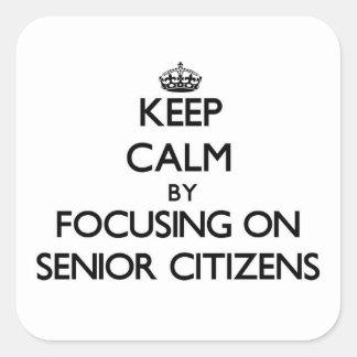Guarde la calma centrándose en jubilados calcomanía cuadradas personalizada