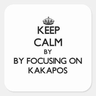 Guarde la calma centrándose en Kakapos Pegatina Cuadrada