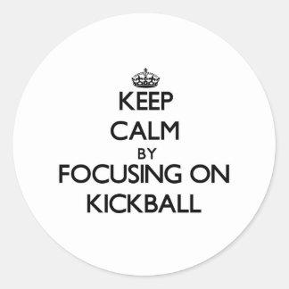 Guarde la calma centrándose en Kickball Pegatina Redonda