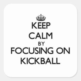 Guarde la calma centrándose en Kickball Calcomanía Cuadradas