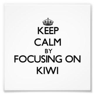Guarde la calma centrándose en kiwi fotografias