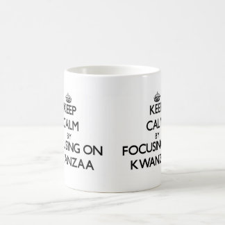 Guarde la calma centrándose en Kwanzaa Taza Básica Blanca