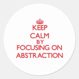 Guarde la calma centrándose en la abstracción etiqueta redonda