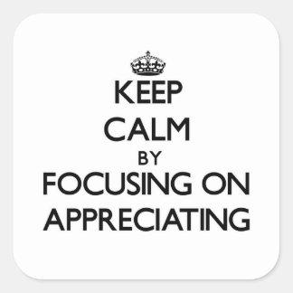 Guarde la calma centrándose en la apreciación calcomania cuadrada personalizada