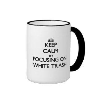 Guarde la calma centrándose en la basura blanca taza a dos colores