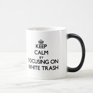 Guarde la calma centrándose en la basura blanca taza mágica