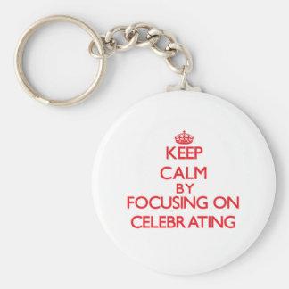Guarde la calma centrándose en la celebración llavero