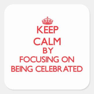 Guarde la calma centrándose en la celebración pegatina cuadrada