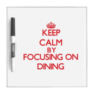 Guarde la calma centrándose en la cena pizarra blanca