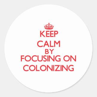 Guarde la calma centrándose en la colonización pegatina redonda