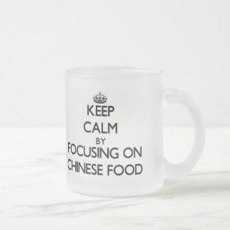 Guarde la calma centrándose en la comida china taza de café
