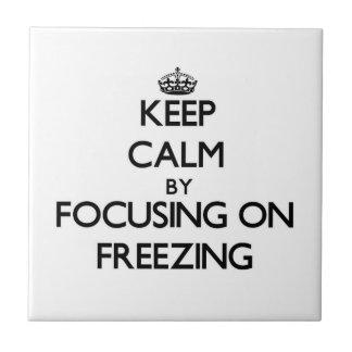Guarde la calma centrándose en la congelación tejas