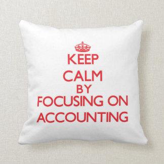 Guarde la calma centrándose en la contabilidad almohadas