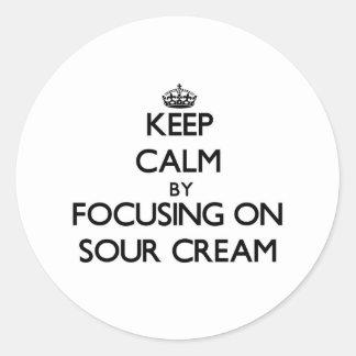 Guarde la calma centrándose en la crema agria pegatina redonda